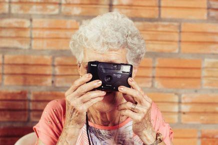abuela haciendo una foto con cámara antigua