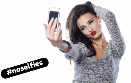 chica poninendo morritos y haciéndose un selfie para ligar online