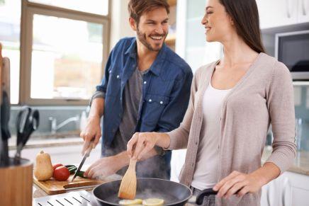 cita en pareja cocinando