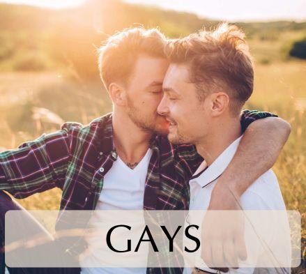 pareja hombres gay abrazándose