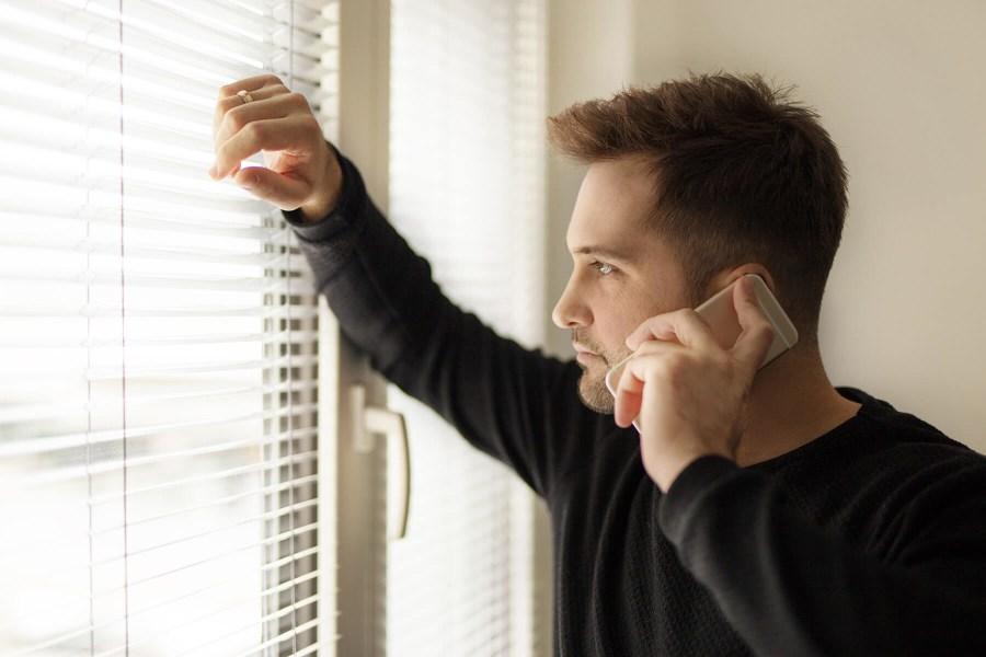 hombre hablando por teléfono intentando conseguir novia