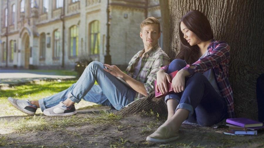 hombre enamorado mirando a una mujer que solo le ve como su amigo friendzone