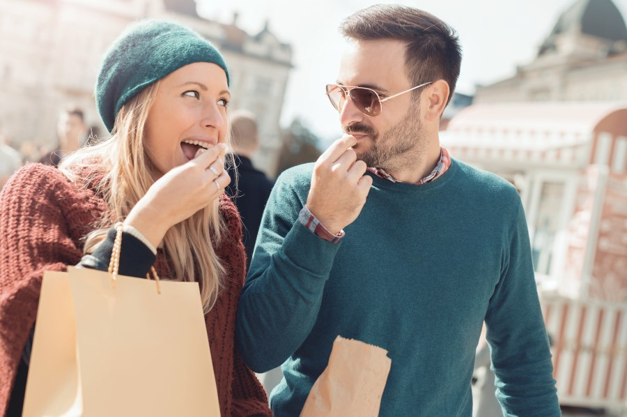 hombre en la friendzone acompañando a su amiga de comprar