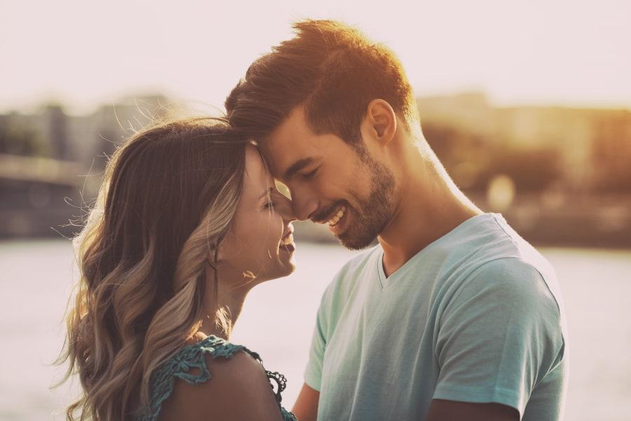 pareja a punto de besarse friendzone