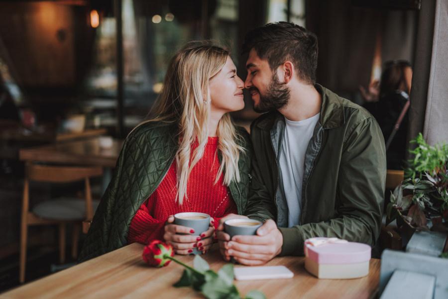 pareja acaramelada tomando café