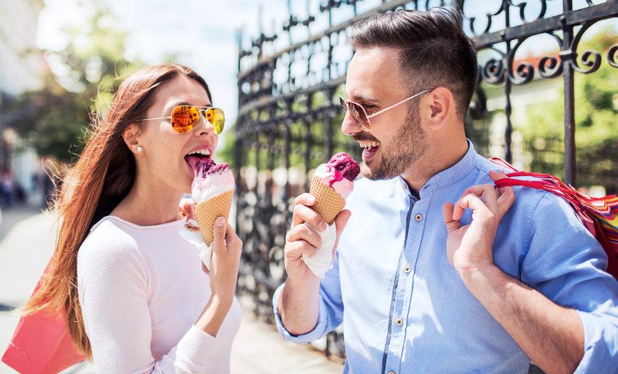 amigos en la friendzone comiendo helados