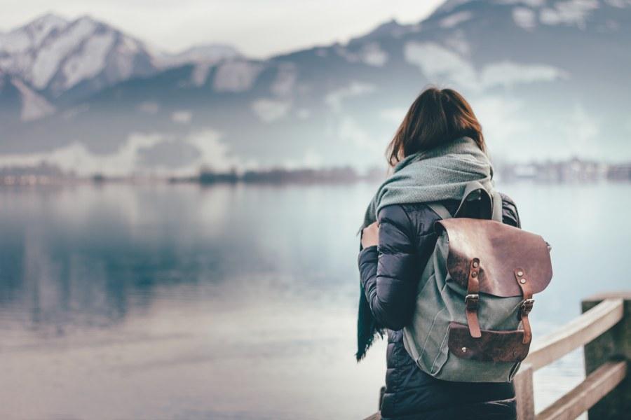 mujer soltera mirando al vacío después de ser rechazada por su amigo friendzone
