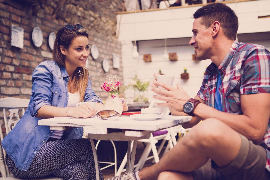 pareja en su primera cita conversación