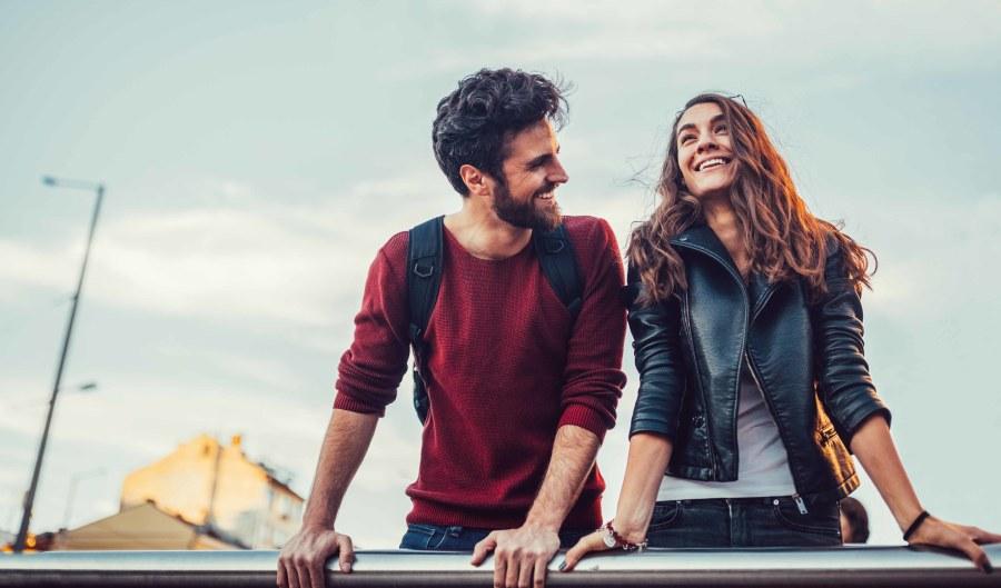 pareja sonriendo en su primera cita
