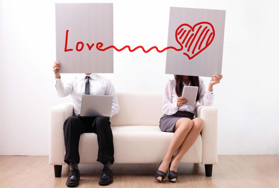 Pareja sujetando cartel amor love