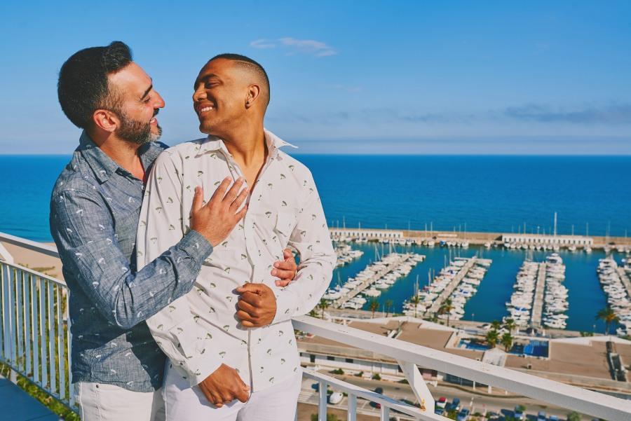 Pareja gay en cita romántica con vistas al mar