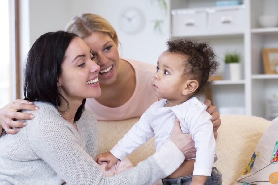 pareja de lesbianas con un bebé