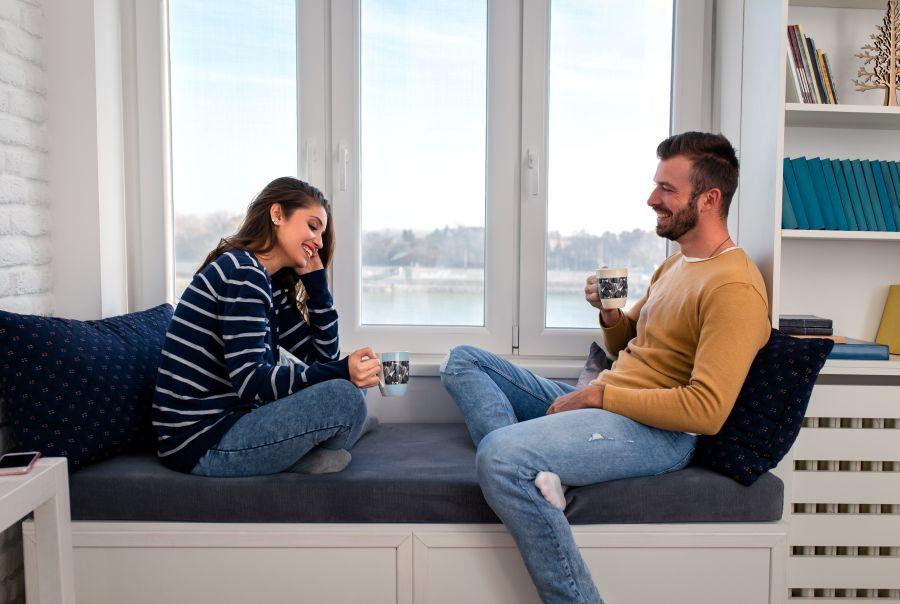 pareja en el sofá durante confinamiento del coronavirus
