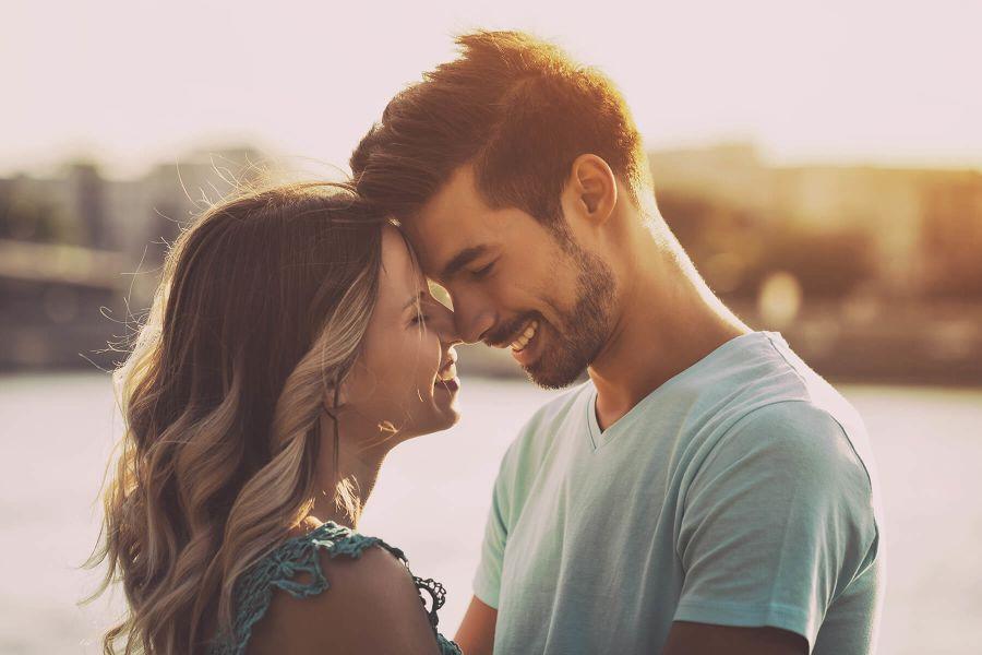 cómo conseguir novia pareja a punto de besarse