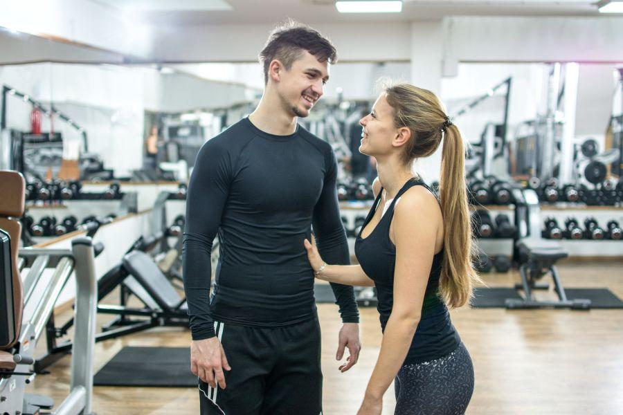 pareja feliz en el gimnasio