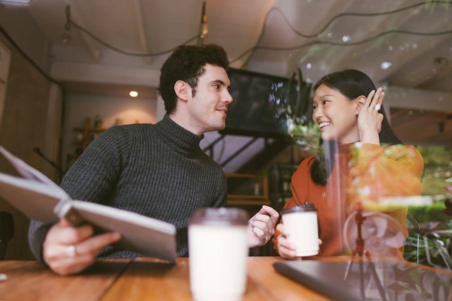 pareja en un restaurante frases para ligar