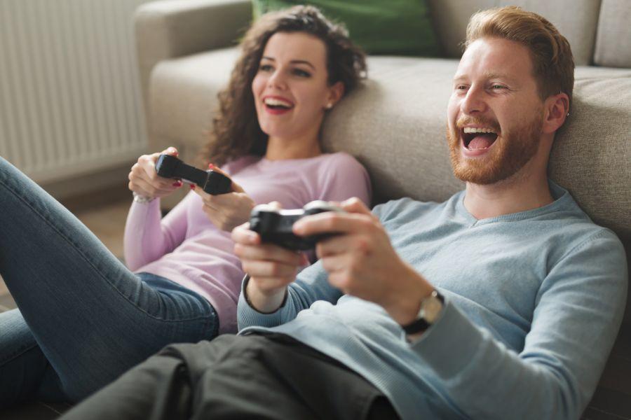 chica atrapada en la zona de amigos jugando videojuegos con chico