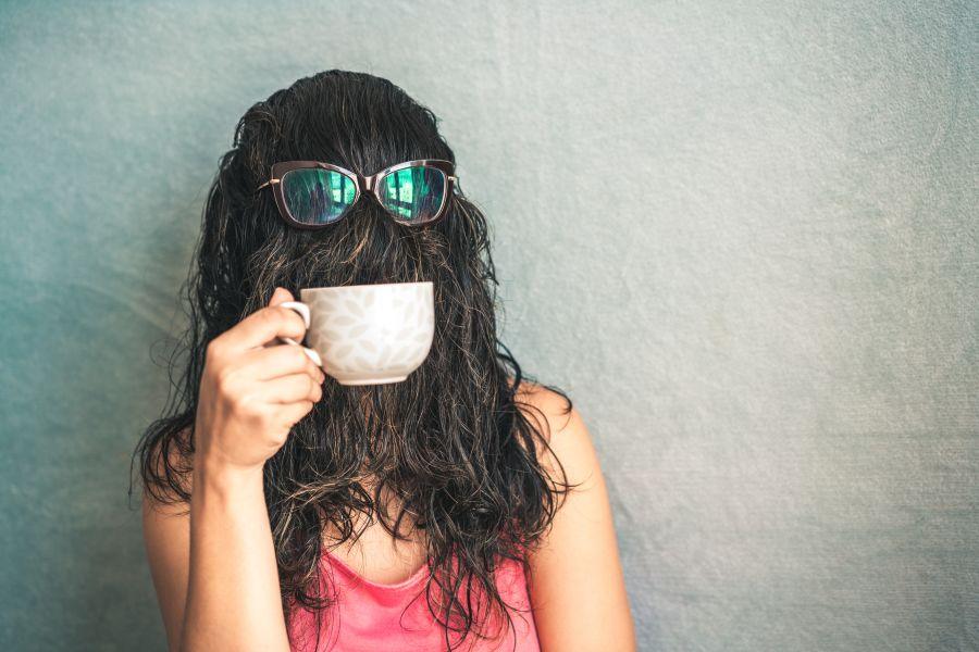 mujer con pelo en la cara friendzone