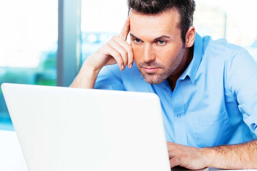 chico creando un perfil para ligar online con éxito