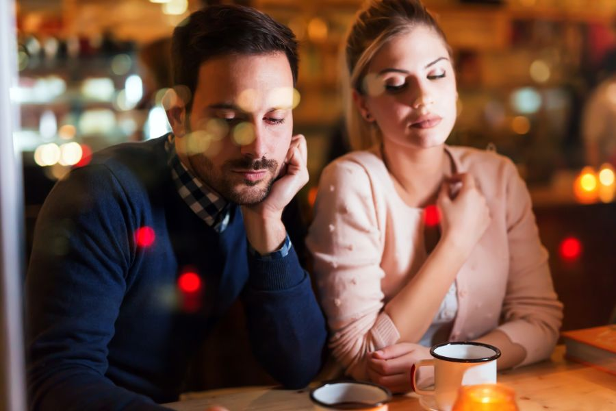 pareja aburrida en su primera cita