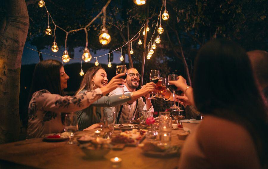 solteros celebrando san valentín con una fiesta de amigos