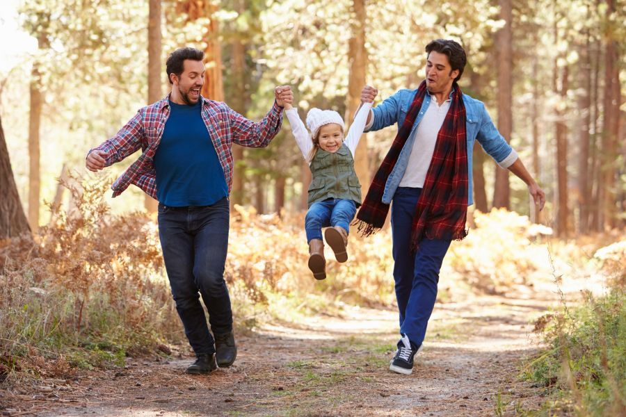 familia gay compuesta por una pareja y una niña pequeña