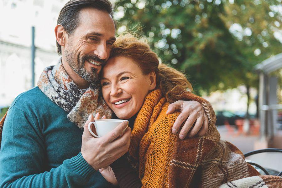 hombre y mujer maduros abrazados