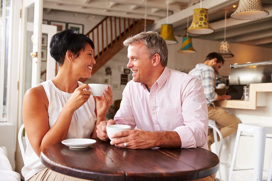 pareja de más de 50 tomando café