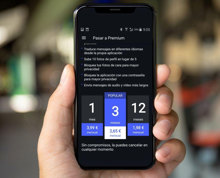 Hombre sujetando teléfono con wl precio de wapo app en la pantalla